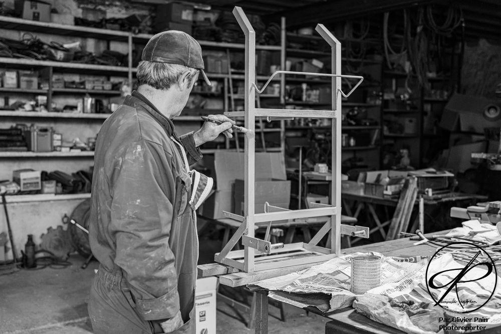 Denis en train de peindre le chariot support des bouteilles servant à la soudure bi-gaz.