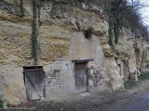 ==>  comprenant des caves,   ==>