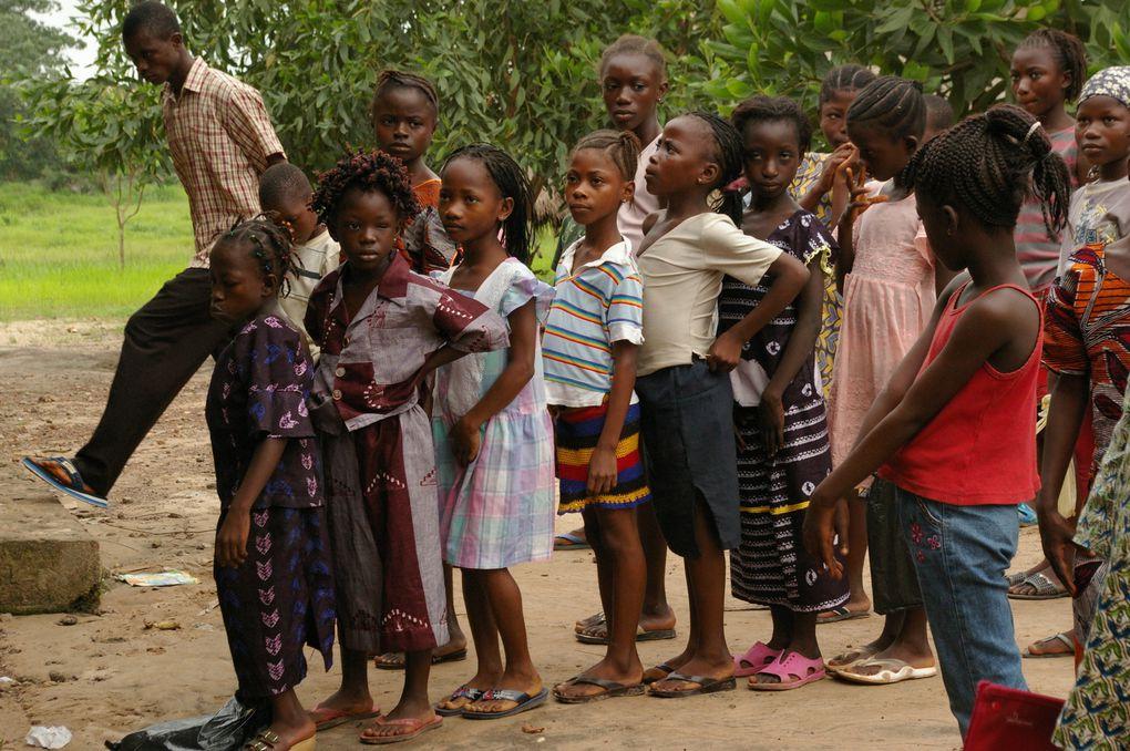 Gente en la cola para votar en Freetown, la capital de Sierra Leona, este pasado miércoles || ISSOUF SANOGO (AFP).- El Muni.