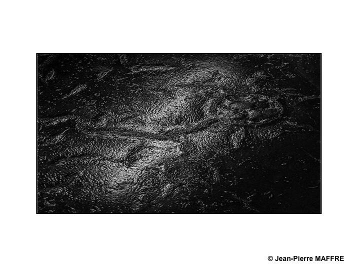 Le bitume, tel un graphiste inspiré, nous surprend par des effets de matière inattendus.