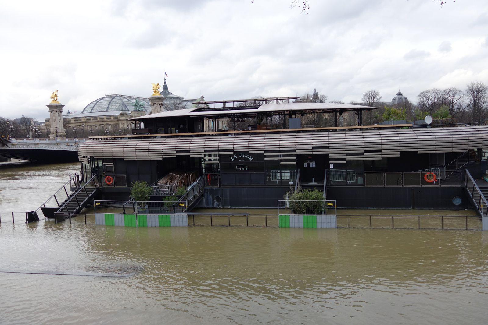 LE FLOW - Restaurant, bar, salle de spectacles, Rooftop sur l'eau. Magnifique vue face au Pont Alexandre III