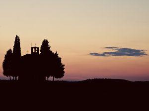 Sur la route de Pienza, la chapelle Madonna di Vitaleta mérite une halte pleine de poésie....comme moi, attendez que le soleil se couche pour vous retrouver seul dans le silence pieu de la campagne toscane et vous serez attiré par les merveilles que la nature vous offre, comme ce cerf traversant les vallons en contrebas pour aller se désaltérer au pied de la chapelle...la lumière du soir révèle les plus beaux vallons et des couleurs prononcées dignes d'un tableau de Steve Wynne.