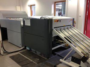Poste de photogravure et machine qui grave les plaques.