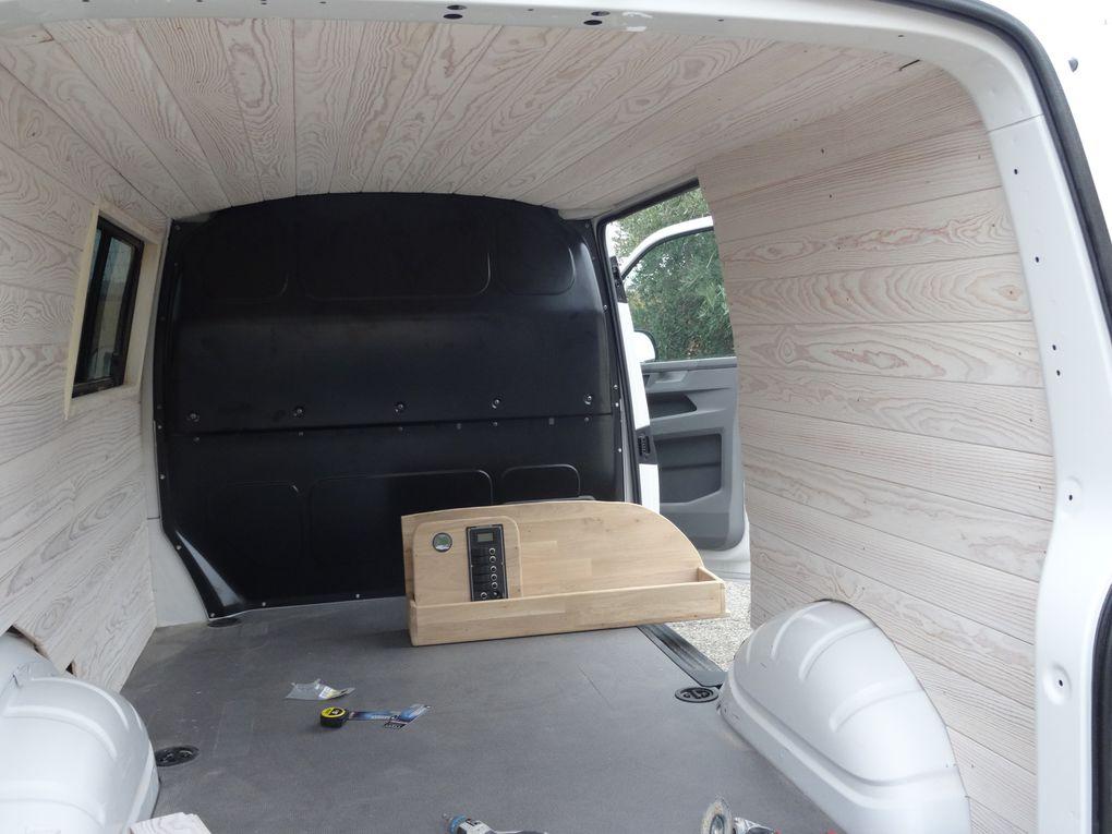 Notre van aménagé, beau à l'intérieur comme à l'extérieur, de jour comme de nuit  (Transporteur T6.1 Wolkswagen).