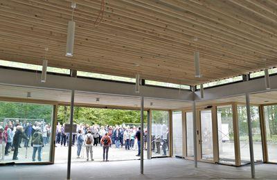 Ein höchst informativer gemeindlicher Informationsgang für 120 Bürgerinnen und Bürger  - Teil 1: Aussegnungshalle im Waldfriedhof