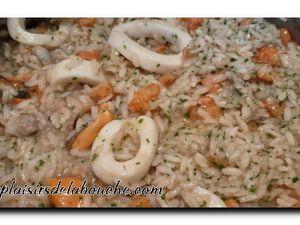 Filet de bar, risotto aux fruits de Mer et jus d'arêtes
