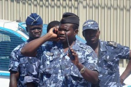 In Togo, policemen hide from robbers!!!