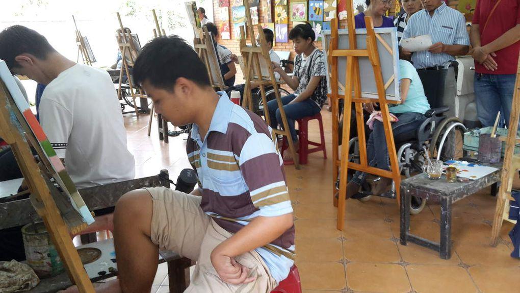 (Photographies de Mme Thuy Tien Ho). Centre de formation Chi Hai. Le centre a maintenant 12 ans. Il accueille 90 personnes certaines de façon permanente certaines pour des stages de 4 à 6 mois pour des formations professionnelles. Leur prise en charge est totalement gratuite.   En 2011 il y avait 3 formations (couture, artisanat bois , fabrication fleurs en tissu ou perles).  A présent il y a peinture  (cours donnés bénévolement 2 fois par semaine ). Fabrication de petits bijoux fantaisies,  cours d'informatique,  électricité.  Tout ceci est encourageant pour la réinsertion et aussi pour une partie de l'autofinancement du centre. Par exemple pour les tableaux sur le prix de vente 2/3 finance le centre l'autre tiers va au peintre.