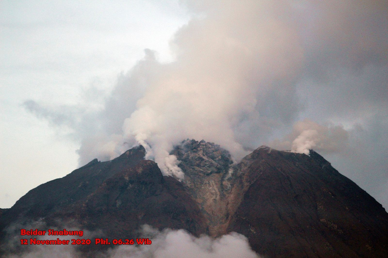 Sinabung - the growing dome - photo Firdaus Surbakti 12.11. 2020 / 6h26WIB - one click to enlarge