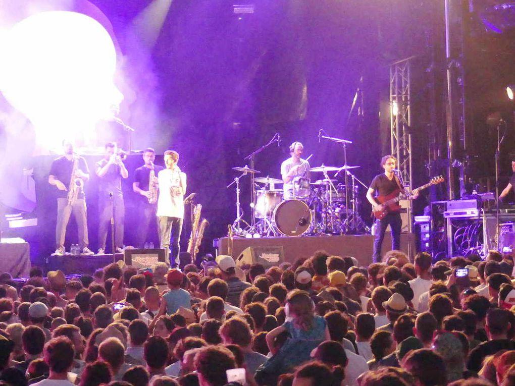 Les festivaliers rassemblés au pied de la scène