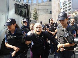 La répression du 25 août 2018. A droite, l'arrestation d'Emine Ocak. Photos Beyaz Kural pour bianet.org