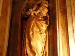 La statue de la Vierge à l'Enfant Jésus, œuvre classée monument historique au titre d'objet en 1912 (clichés d'Armand Launay, septembre 2013 et aout 2020).