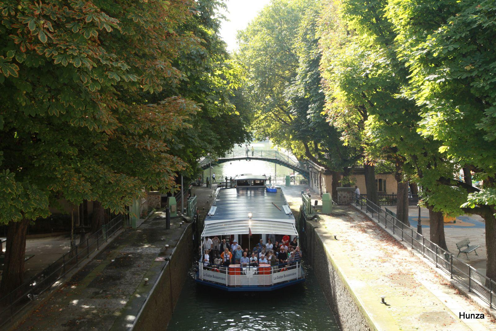 Canal Saint-Martin : écluses des Récollets et, en arrière plan, la passerelle de la Grange aux Belles