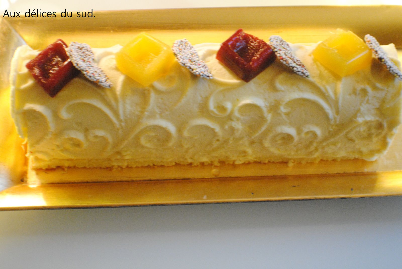 Bûche mangue ,fruits de la passion et framboise .