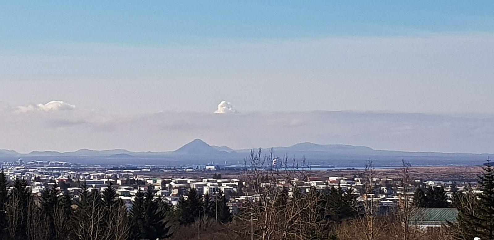 Le panache éruptif de Gelingadalur visible depuis l'IMO ce 26.04.2021  - photo Kristín Jónsdóttir