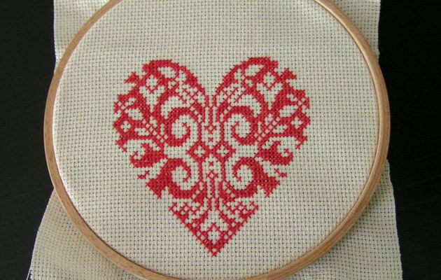 Broderie coeur monochrome rouge