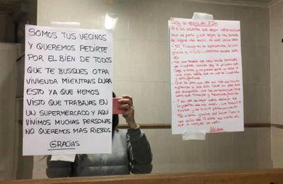 Una trabajadora de un supermercado de Cartagena responde a unos vecinos que le piden que se vaya de su casa