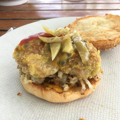 Burger sucré-salé de poulet pané