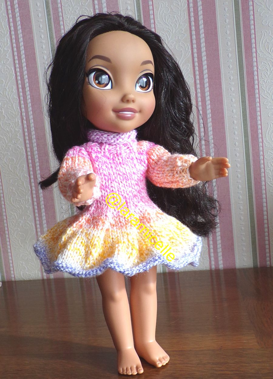 tuto gratuit poupée  : robe tourbillonnante et col roulotté
