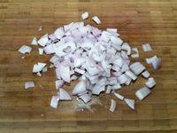1 - Peler les pommes de terre et les couper en morceaux. Laver, sécher, épépiner les tomates et les couper en morceaux. Tailler le piment vert en petites rondelles, peler et hacher l'oignon , peler l'ail, le dégermer et le passer au presse-ail. Ciseler le persil ou la coriandre.