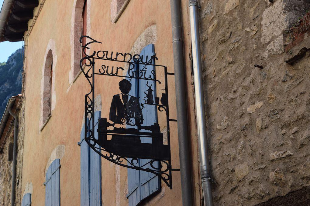 Dans le village de Villefranche-de-Conflent intra-muros, impossible de manquer les enseignes en fer forgé. Elles rappellent que la région produisait du fer il n'y a pas si longtemps et que partout par ici on trouve des ferronniers d'art. En montant la rue Saint-Jean ou la rue Saint- Jacques, découvrez ces enseignes de boulanger, de galerie d'art ou même des PTT et la mairie..