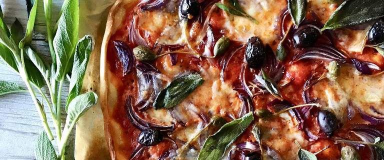 Pizza aux oignons rouges, aux olives de kalamata et aux câprons