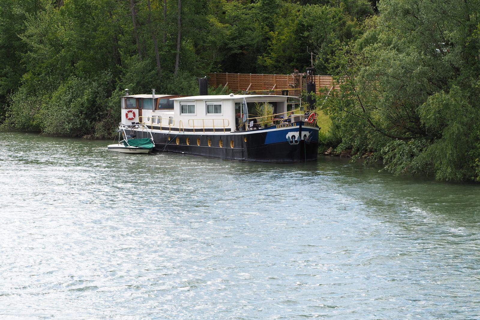 Chessy : Péniche au bord de la Marne