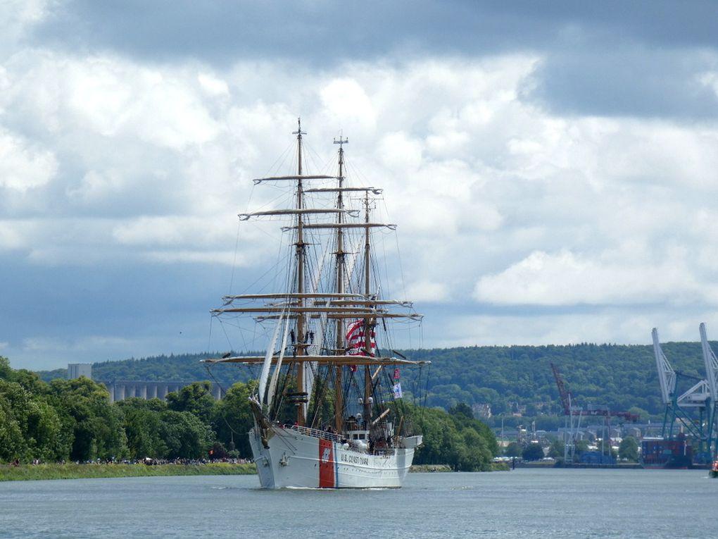 EAGLE , Trois mats barque de la marine américaine , construit en 1936 , au passage de la Bouille descendant la Seine pour l'Armada de Rouen le 16 juin 2019