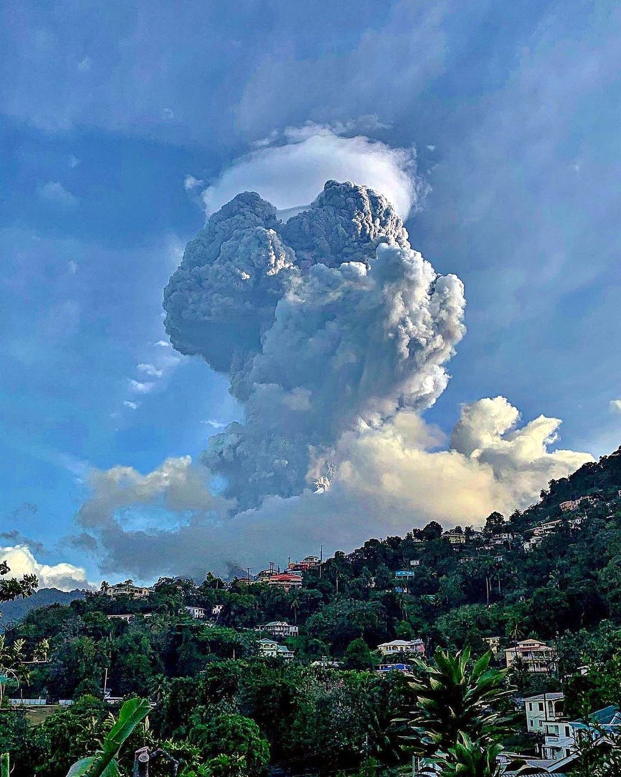 Soufriere of St. Vincent - explosion of 04/13/2021 / 6:30 am - SVG photo