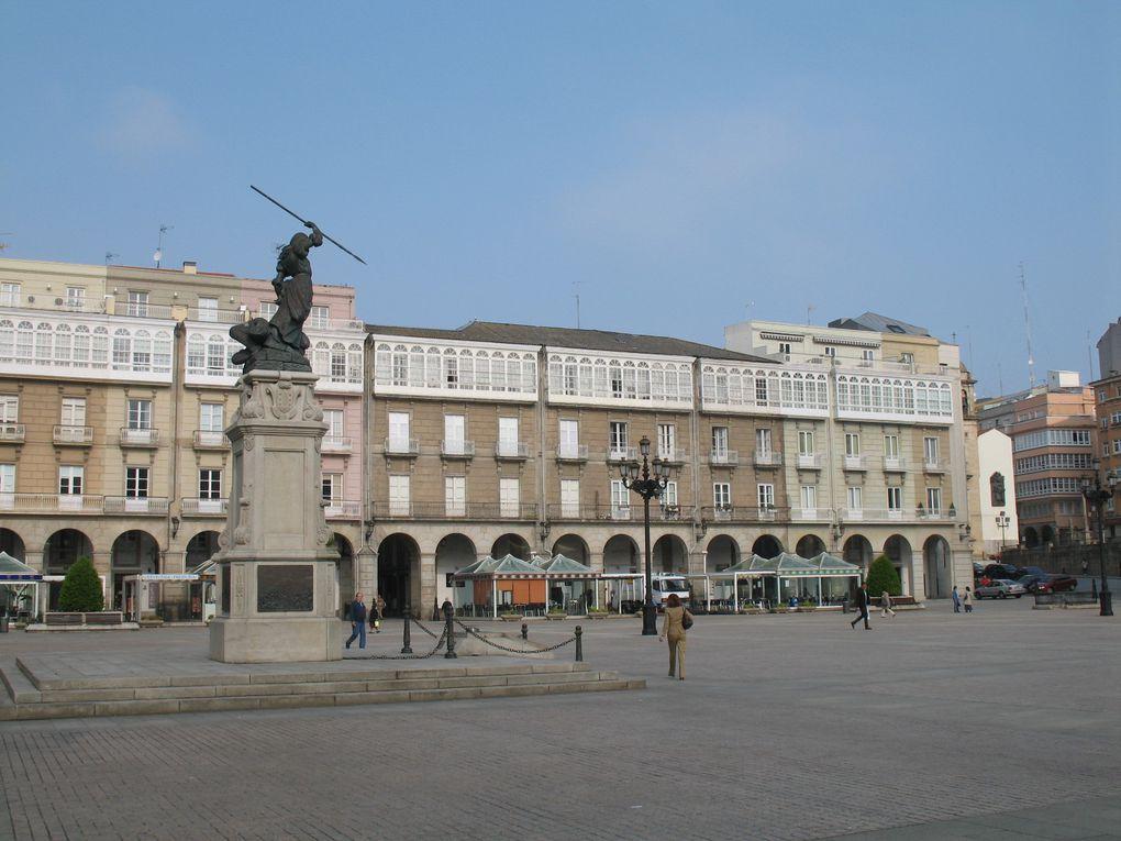 Une statue de Maria Pita trône au centre de la place Mayor en face de la mairie de La Corogne.