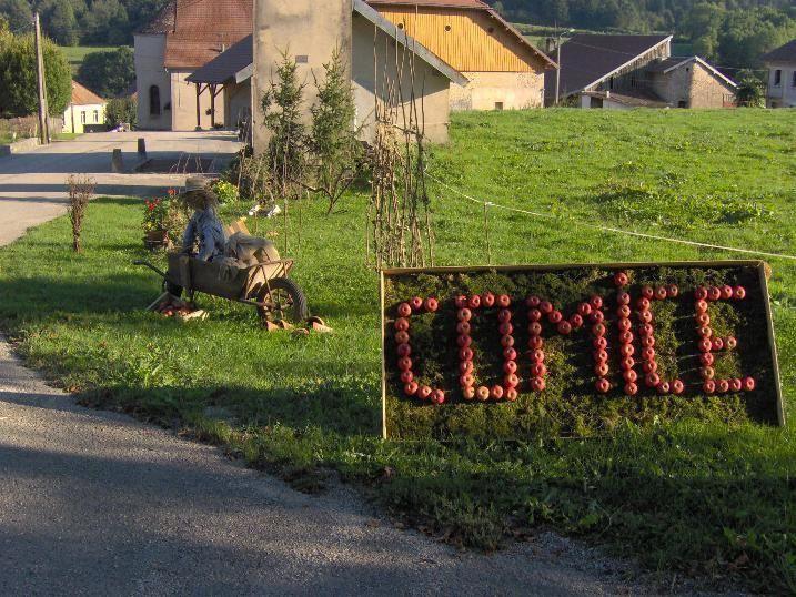 """Au cours d'un apr&egrave;s-midi sport le Jeudi 6 octobre nous sommes all&eacute;s jusqu'au village de Gevresin ...&nbsp; o&ugrave; tout &eacute;tait pr&ecirc;t pour le Comice ... <br/>Nous avions amen&eacute; avec nous notre appareil photo n mais les piles nous ont fait d&eacute;faut ...<br/>Heureusement&nbsp; <span style=""""font-weight: bold;"""">Armand Mareschal</span> nous a autoris&eacute; &agrave; publier les magnifiques photos que voici :<br/>"""