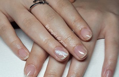 embellissement  plume sur ongles naturels et top-coat reflets anti-uv
