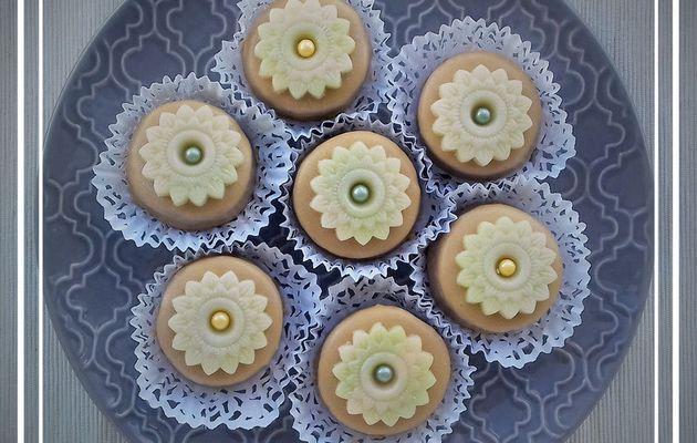Pâtisserie orientale M'khabez glaçage royal au café déco florale en pâte d'amande