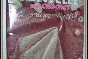 """Une """"serviette invités"""" brodée et bordée de crochet dentelle"""