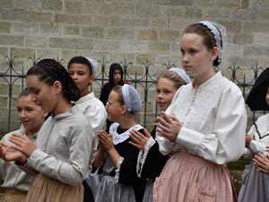 Avant le défilé des enfants aujourd'hui au festival de Cornouaille