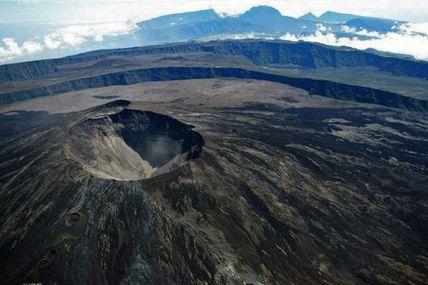 🔴 Plus de 24h de crise sismique au Piton de la Fournaise. En 2007, la crise la plus longue avait duré 51h avant que l'éruption ne se produise au Tremblet
