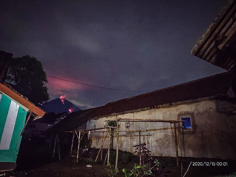 Semeru - incandescence at the top and on the flanks - photo 12.15.2020 / 12.01 a.m. - via Rizal Twitter