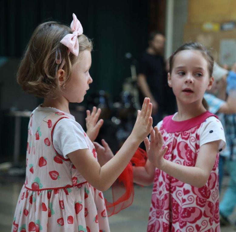 Die Kinder der Musikalischen Früherziehung von Christina Stibi tanzten und spielten sich in die Herzen der Zuhörer.