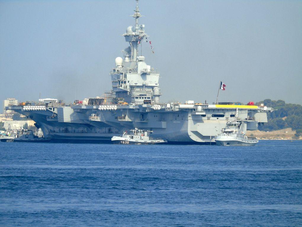 CHARLES DE GAULLE , R91 en changement de poste d'amarrage dans le port de Toulon le 27 juillet 2018