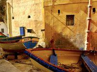 Toute la magie de l'endroit, une beauté surprenante, des couleurs venues d'ailleurs, des rues poétiques, et de belles promenades à faire autour du port.