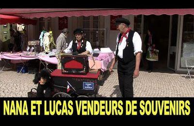 Nana et Lucas, vendeurs de souvenirs