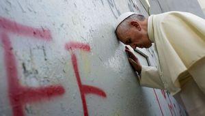 Le pape François prie sur le mur érigé par Israël à Bethléem
