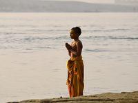 """Ils étaient partout les """"enfants jaunes"""", ils ont colorié le Ganges et illuminé les Gaths de toute leur énergie et leur joie de vivre. Très photogéniques, ils m'ont permis de prendre une série de photos pleines de poésie"""