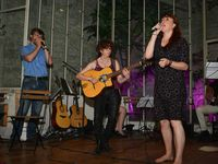 Le groupe de musiciens et les chanteurs