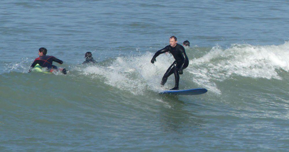 De courageux surfeurs, à Lacanau, en février...