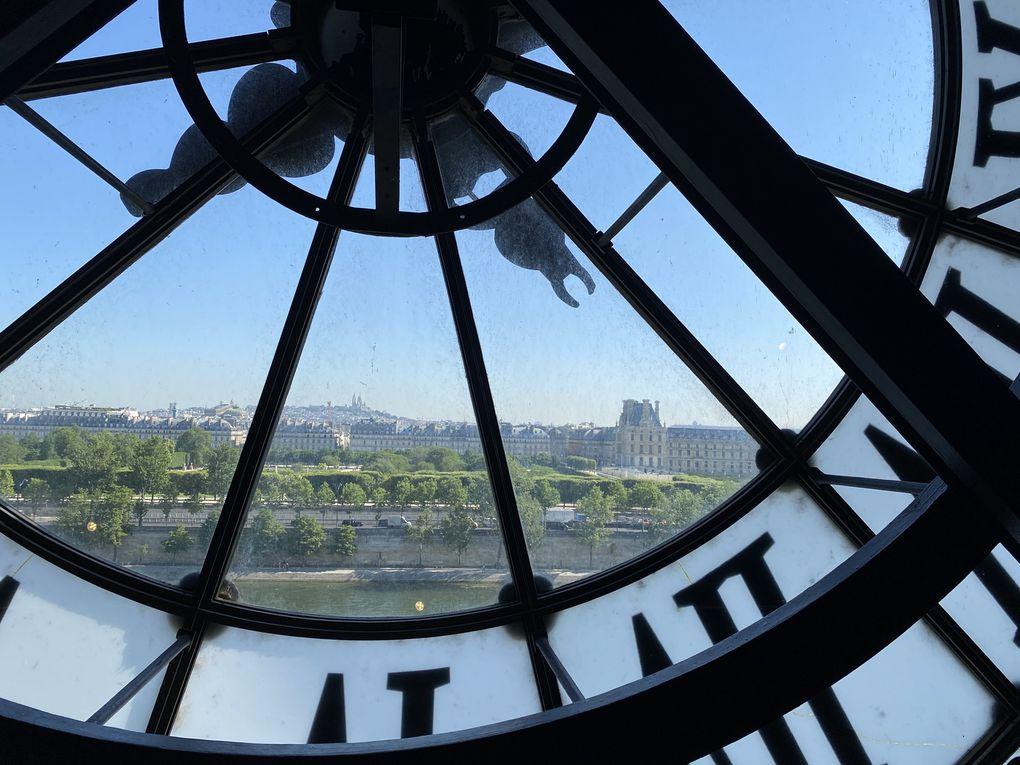 Ses horloges, vestiges de son passé de Gare ferroviaire.