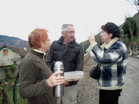 La jonction Vebre Urs a ete effectuee en deux jours....Les 20 mars et 3 avril 2010.... Deux occasions de redonner la vie a ces anciens sentiers du village et de mieux nous connaitre voire nous apprecier entre habitants du village....et naturellement