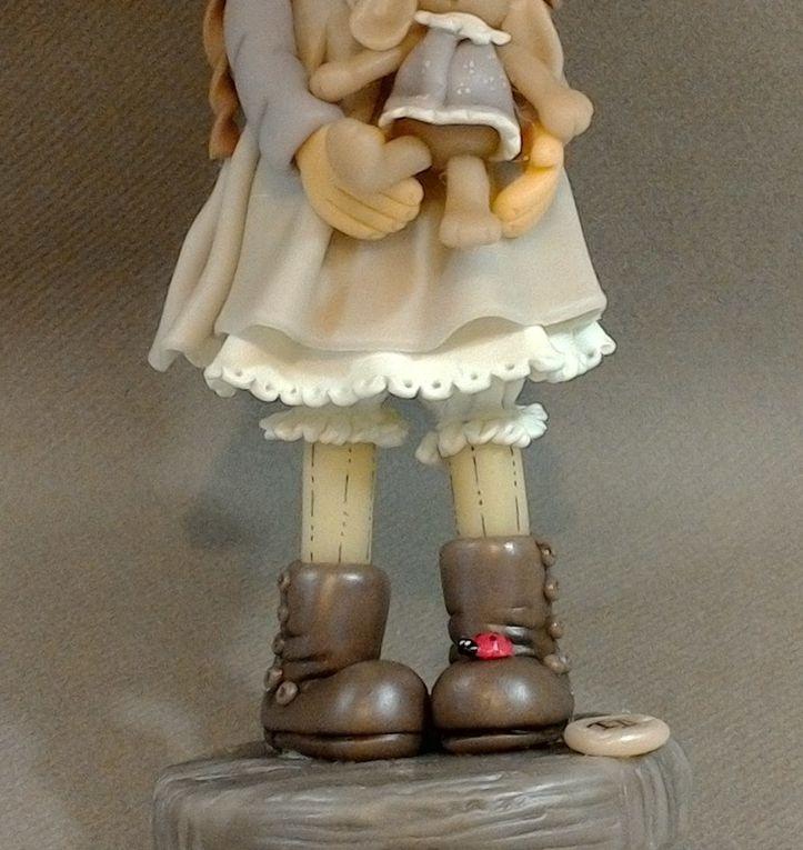 Fillette et son doudou lapinen porcelaine froide