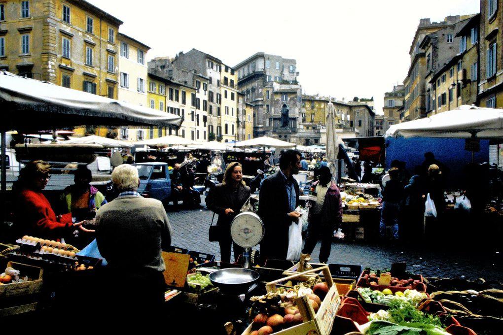 Il y avait, comme dans un film de Fellini, de jolies bonnes soeurs d'Amérique du sud, des moines vendeurs de billets de loterie religieuse, et toujours sur la place Campo dei Fioiri un marché de campagne dans une Ville éternelle toujours étonnante.