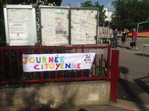 Parents, enfants et enseignants à l'oeuvre pour embellir la cour de l'école René Descartes dans le quartier Bollée.
